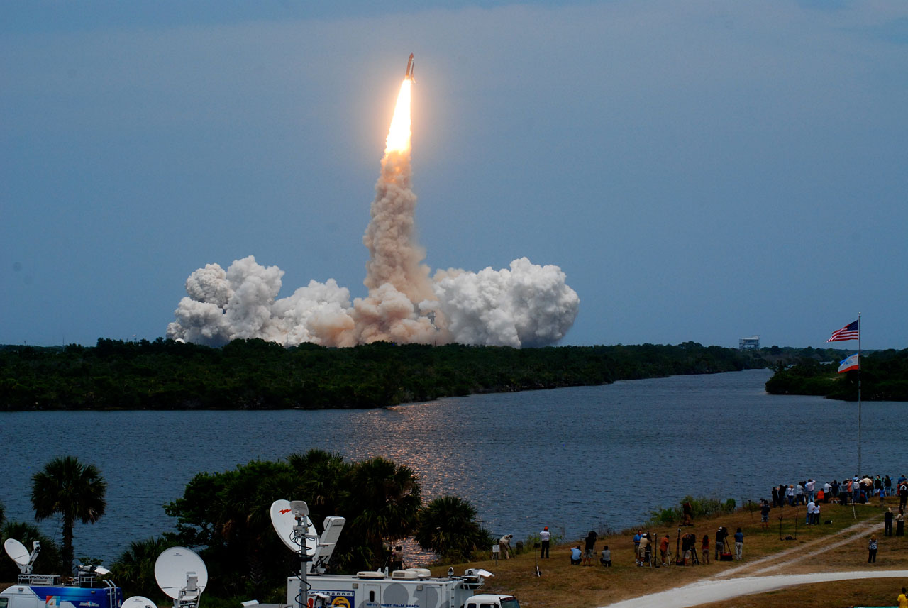 Space Shuttle Atlantis heads for Hubble