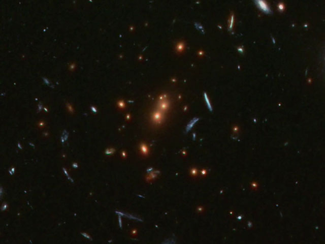 Zoom on distant galaxy cluster
