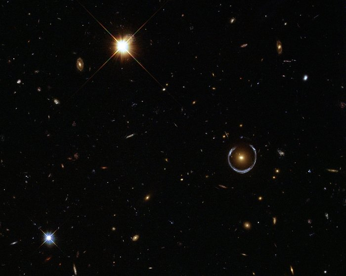 "Hubble captures a ""lucky"" galaxy alignment"