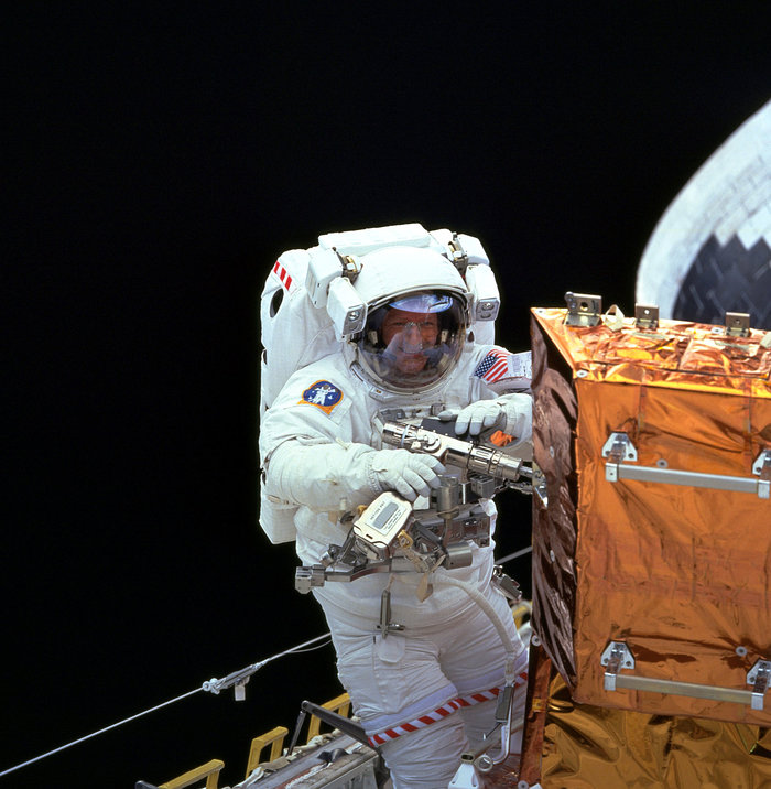 SM3A: Hubble Powertool in use under 2nd EVA
