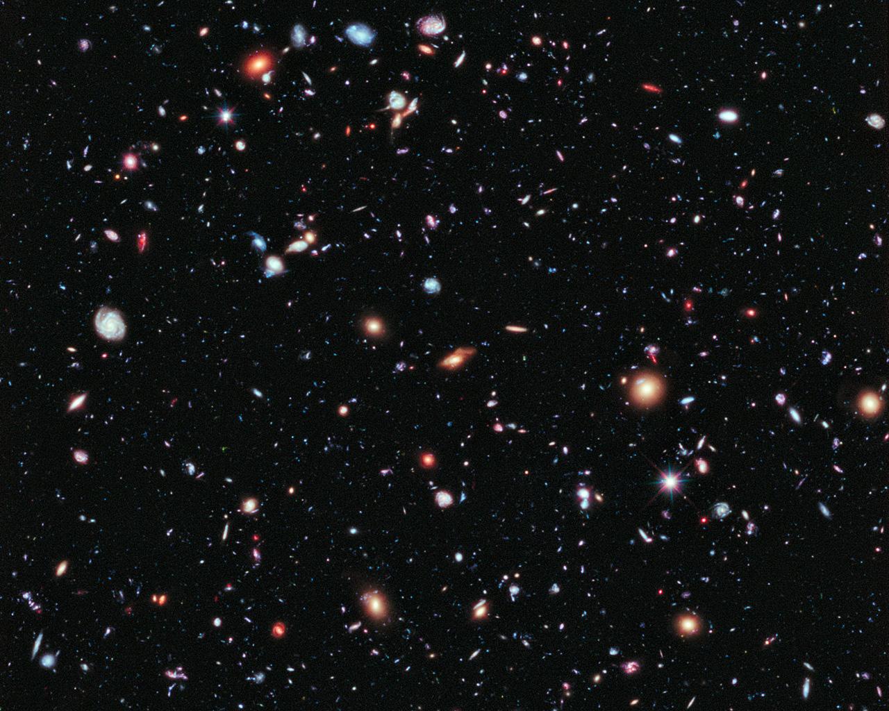 Одна из самых известных фотографий, сделанных телескопом «Хаббл»: eXtreme Deep Field. В ширину снимок захватывает примерно десятую часть Луны (наблюдаемой с околоземной орбиты), что является одной тридцатимиллионной всего звёздного неба. Тем не менее, здесь мы наблюдаем около 5500 галактик. А некоторые из них настолько далеки, что мы видим их такими, какими они были на момент, когда возраст Вселенной составлял менее 5% от сегодняшнего. Для фотографии было выбрано время экспозиции в 2 000 000 секунд, это примерно 22 дня.