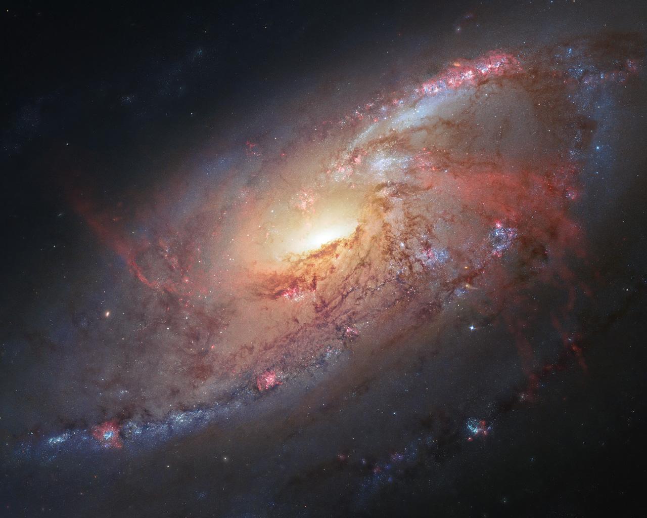 Ещё одна красивая галактика, объект M106. Она находится от нас относительно недалеко — примерно в 20 световых годах. Что интересно, изображение было создано астрономом-любителем на основании полученных им данных (и данных от телескопа «Хаббл», конечно же)